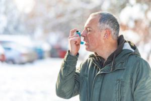 Das DMP Asthma / COPD hat die Sicherung und Verbesserung der Qualität der Langzeitversorgung der Patienten mit Asthma bronchiale und COPD (chronisch obstruktive Lungenerkrankung) und dadurch die Erhöhung der Lebensqualität dieser Patienten zum Ziel.